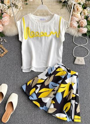 Яркий летний костюм с листьями, мини юбка-солнце/клеш и белой блузой-футболкой