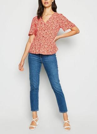Летняя блуза в цветочек с актуальными пуговками и баской