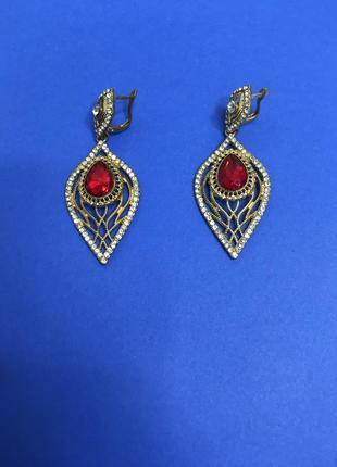 Женские сережки капли листочки с красным камнем 7 см.