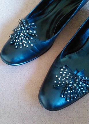 Туфли черные кожаные на низком каблуке7 фото