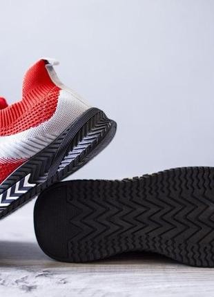 Спортивные кроссовки на черной подошве