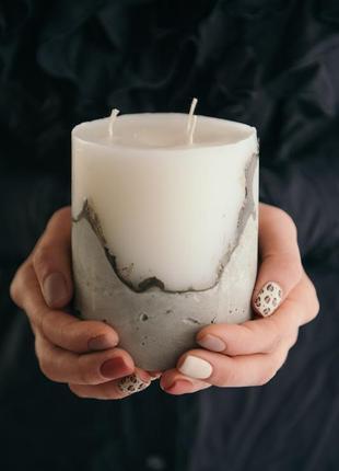 Свеча белая на бетоне