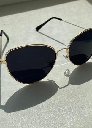 Солнцезащитные очки с золотистой оправой