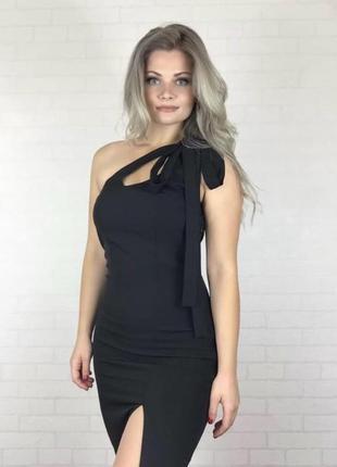 Чёрное сексуальное платье с разрезом на ноге
