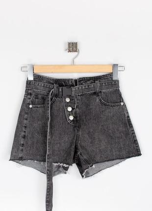 Стильные женские джинсовые шорты на пуговицах с поясом