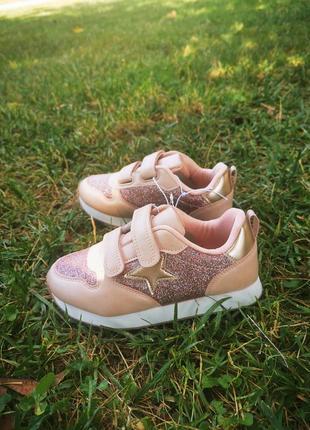 Модные фирменные кроссовки