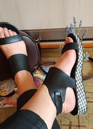 Кожаные босоножки на застежке bata шлепки сандалии