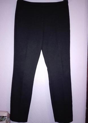 Черные классические брюки зауженные к низу
