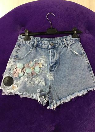 Джинсовые шорты с цветами