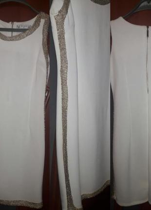 Платье кремового цвета с золотыми всавочками по бокам и золой молнией сзади