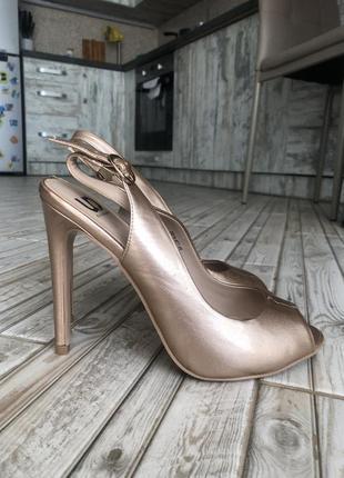 Босоножки на каблуке, туфли