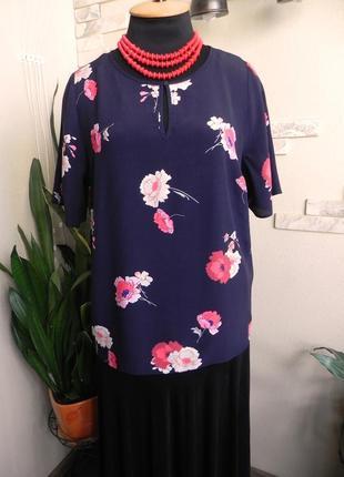 Шикарная блуза а силуэта для пышных дам cинего цвета с цветочным принтом