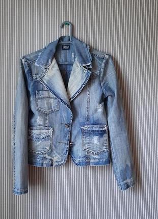 Укороченная джинсовая  светло-голубая демисезонная  куртка с потёртостями и карманами