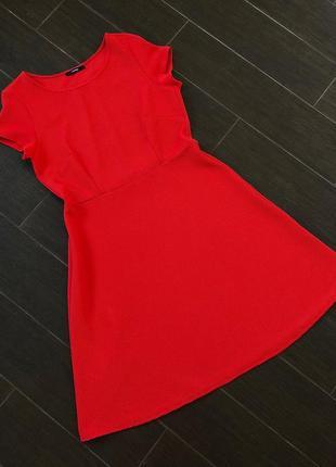 Яркое красноефактурное платье