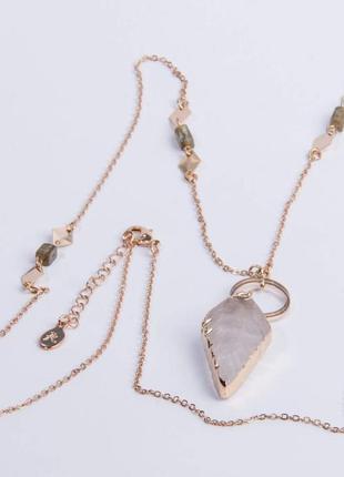 Accessories. бижутерия. цепочка с кулоном из светлого камня в виде листика.