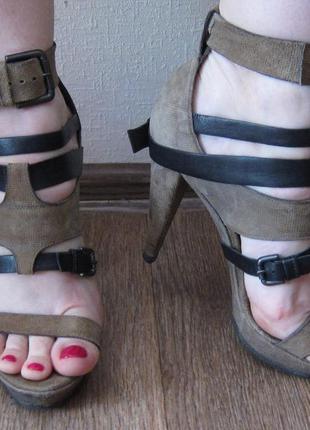 Замшевые бежевые босоножки vic matie на каблуке