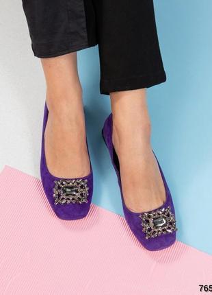 Стильные туфли с брошью
