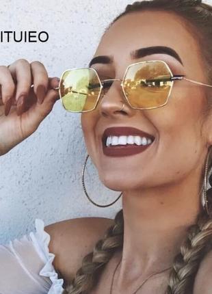 Стильные желтые солнцезащитные очки