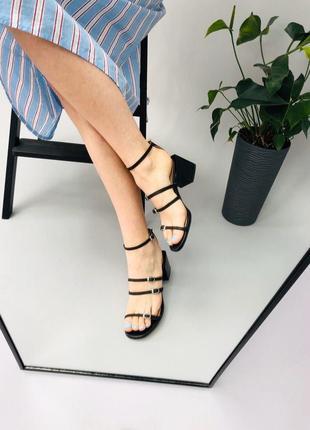 Натуральная кожа босоножки на устойчивом каблуке. стильные босоножки