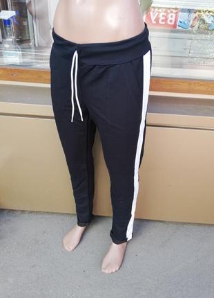 Женские спортивные штаны с полосками по бокам с подворотом