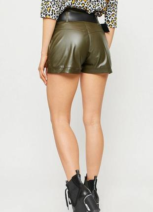 Короткие шорты с завышенной линией талии из эластичной экокожи