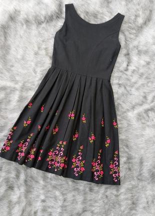 Платье с вышивкой из льна