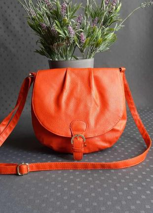 Красивая оранжевая сумка на длинном ремешке