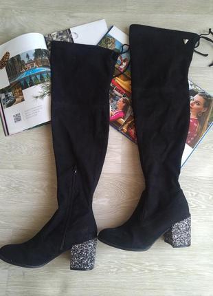 Черные ботфорты с красивым каблуком