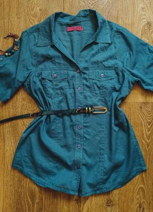 Синяя женская рубашка.