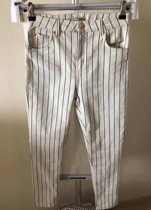 Стречевые белые джинсы в полоску
