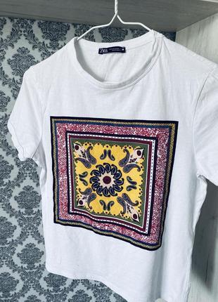 Белая футболочка с принтом zara