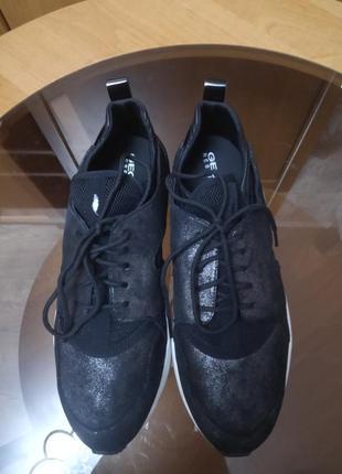 Стильные кроссовки бренда geox