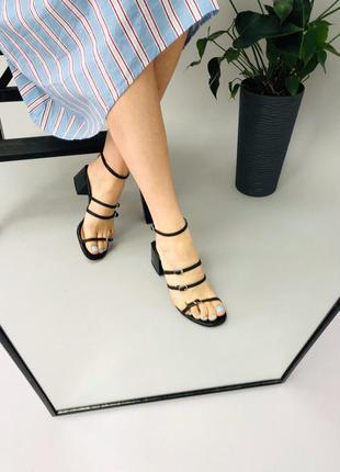 Босоножки тонкие пряжки, широкий квадратный каблук, распродажа