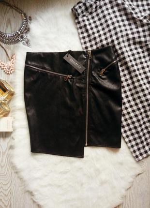 Черная юбка мини с серебристыми молниями косым краем трикотажной тканью стрейч кожаная