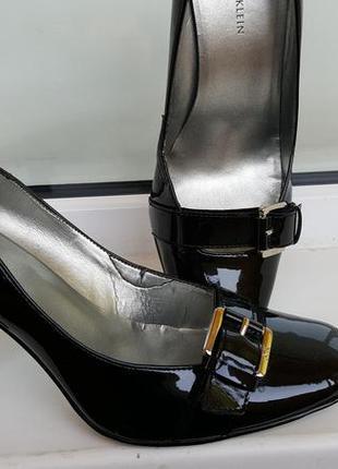 Лаковые черные туфельки с пряжкой