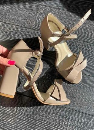 Кожаные туфли на каблуке ручной работы