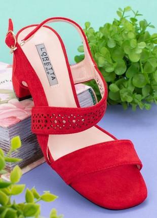 Красные босоножки на каблуке