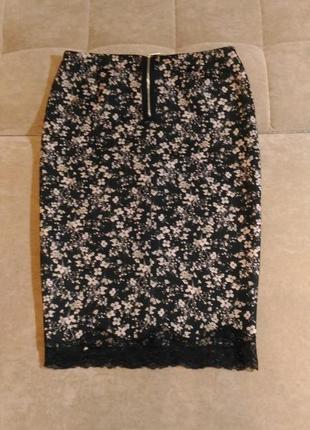 Юбка карандаш bershka чёрная с розовыми цветочками, внизу по краю кружево, размер s