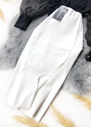 Белая юбка под кожу с разрезом