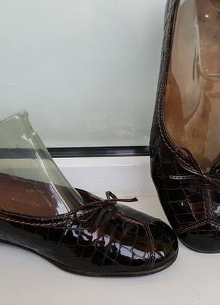 Туфельки-балетки лаковые шоколадного цвета
