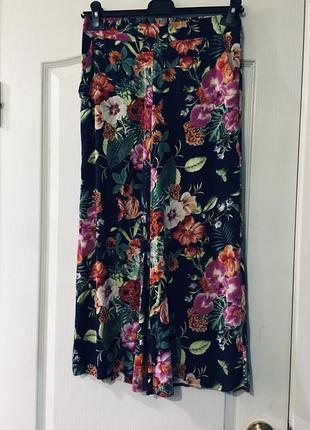Супер. стильные калоты , укорочённые брюки в цветочный принт