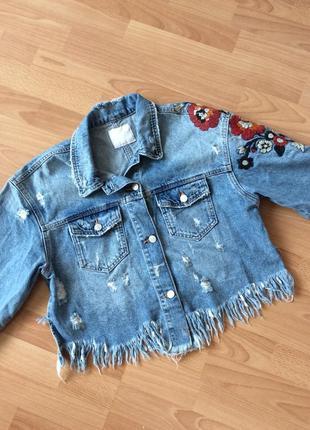 Бомбезная джинсовая куртка с  рваным низом  и вышивкой ( оверсайз)