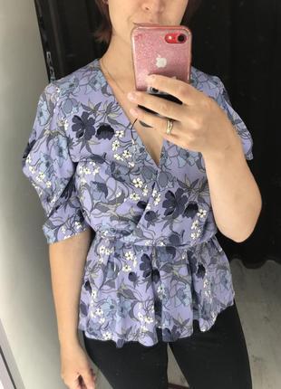 Блуза в цветочек с интересным кроем рукавов
