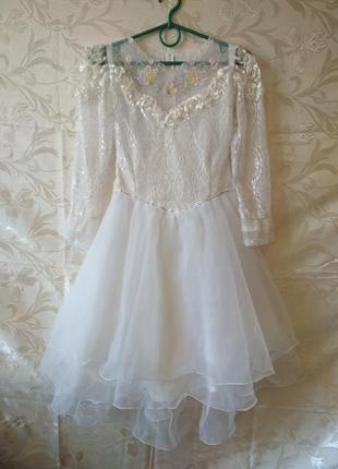 Нарядное пышное платье для девочки с длинным рукавом.