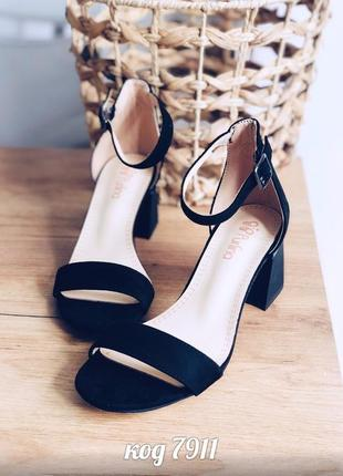 Элегантные черные босоножки на среднем квадратном каблуке