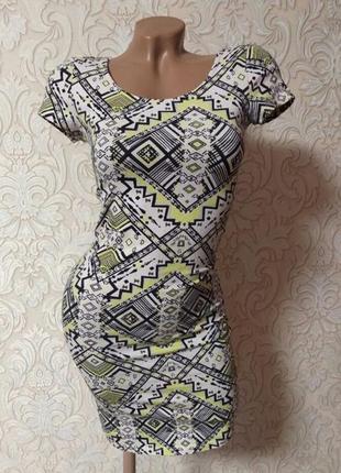 Платье во фигуре геометрический принт
