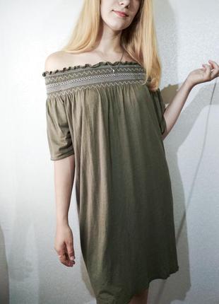 Платье хаки на резинке на плечи