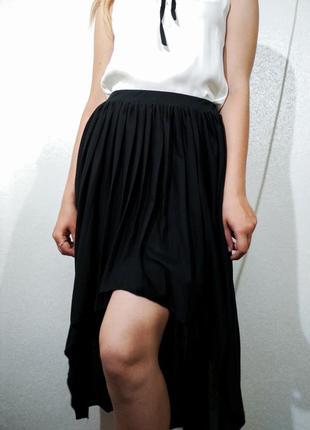 Черная плиссированая юбка с ассиметричным кроем