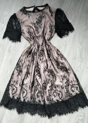Платье с кружевом.