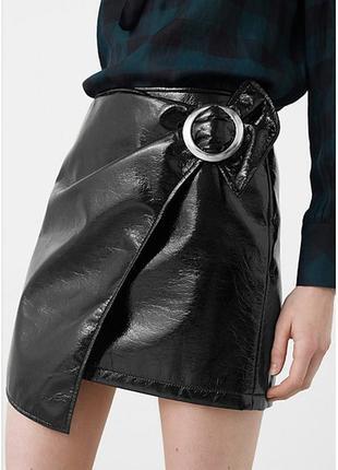Новая юбка из винила с пряжкой mango4 фото